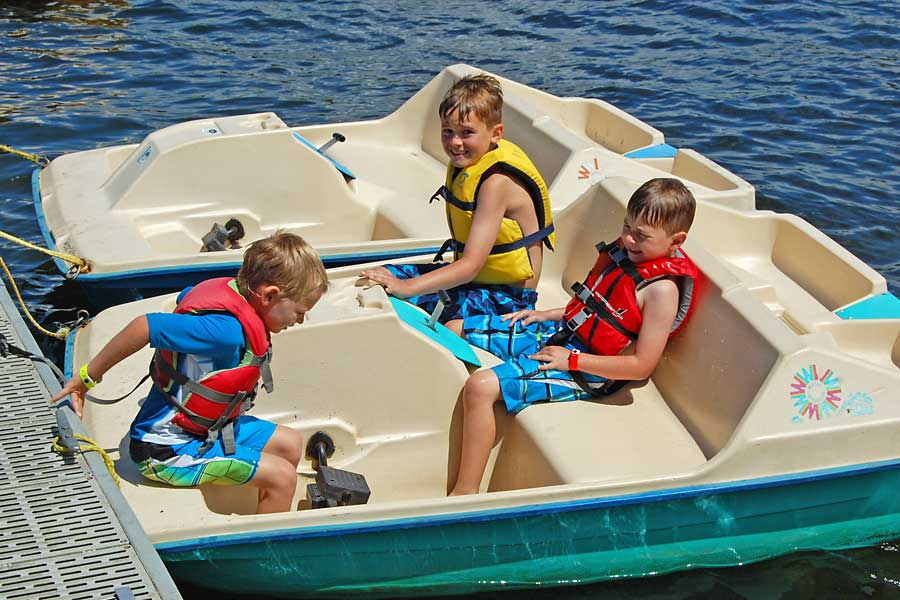 kids-in-paddleboat